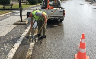 Yağmur suyu mazgalları temizleniyor