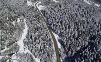 Yüksek kesimlerdeki kar yağışı sonrası eşsiz manzaralar oluştu