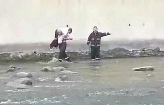 Balık tutarken dereye düşen şahsı itfaiye eri sırtında taşıyarak çıkardı