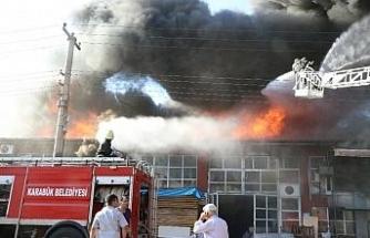 Mobilya atölyesinde çıkan yangın söndürülmeye çalışılıyor