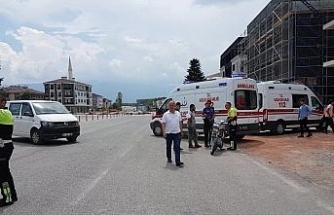 Ters dönüş yapan araç motosiklete çarptı; 2 Yaralı