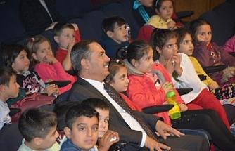 Başkan Uysal, öğrencilerle tiyatro izledi