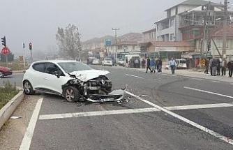 Otomobil trafik ışıklarında bekleyen araca çarptı: 3 yaralı