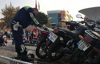 Polisler kurallara uymayan motosiklet sürücülerine göz açtırmıyor