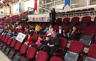 Anaokulu öğrencileri bedensel engelliler voleybol maçını izledi