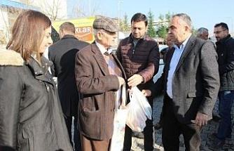 Başkan Ay pazarda vatandaşlara bez torba dağıttı