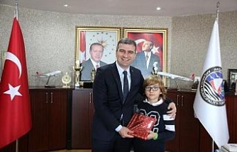 Başkan Cüneyt Yemenici başarılı öğrencileri ödüllendirdi