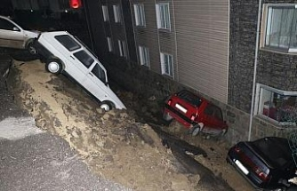 Karabük'te istinat duvarı çöktü, 4 araç apartman bahçesine düştü