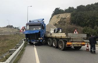 Tır sürücüsü acemi sürücüye çarpmamak için kaza yaptı