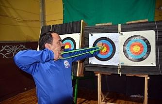 Engelli okçular hedefi 12'den vurmak istiyor