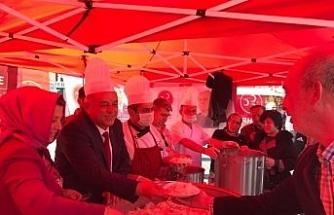 MHP'Lİ Başkan adayı Çanakkale Zaferi anısına pilav komposto ikram etti