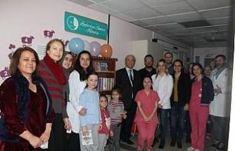 Öğrencilerden hastane pediatri servisine kitaplık