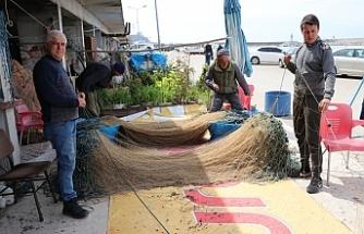 Balıkçılar ağ onarım mesaisinde