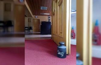 MHP'li belediye başkanı kapısına 5 kg'lık ağırlık koydu