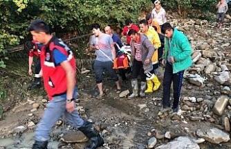 Ekipler zor koşullarda hastaya ulaşarak ambulansa teslim etti