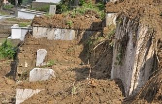 Heyelan oldu, mezarlar zarar gördü!..