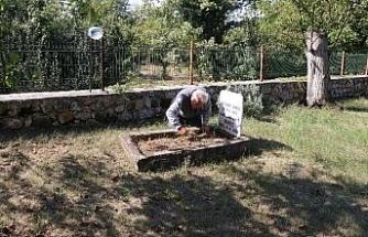 Evinin bahçesinde mezar yaptığı köpeğini unutamıyor