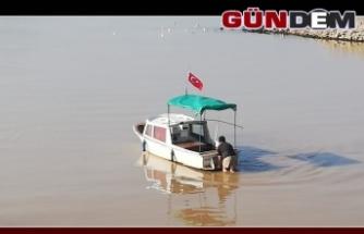 Alaplı'da 10 balıkçı teknesi çayda mahsur kaldı