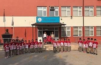 Avni Akyol öğrencilerinden askere selam