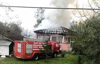 Çatıda başlayan yangın bir anda evi sardı