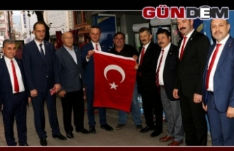 Türk Bayrağı dağıttılar
