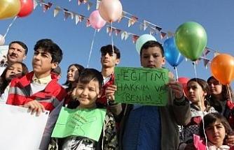 Çocuklar hakları için yürüdü, balon uçurdu