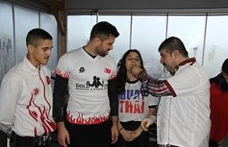 Uluslararası turnuvaya gidecek sporcular, çiğ köfte ile uğurlandı