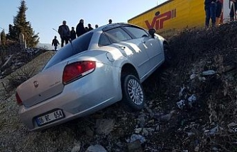 Lastiği patlayan otomobil yoldan çıktı