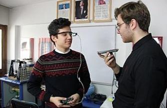 Liseli gençler sesi yazıya çeviren gözlük yaptı