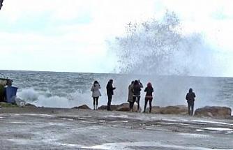 Turistler dev dalgalarla öz çekim peşine düştü