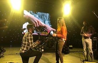 Konserde sürpriz evlenme teklifi