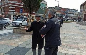 """Dede sokağa çıktı polis ile tartıştı. """"82 yaşındayım böyle bir şey görmedim"""""""