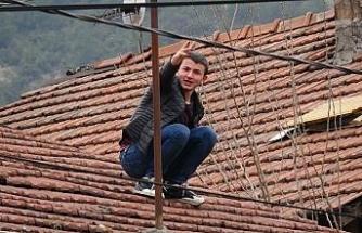 Yardım için çatıya çıktı, mahsur kaldı