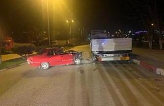 Karabük'te otomobil park halindeki tıra çarptı: 4 yaralı
