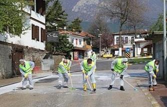 Turistik kenti fırçalarla yıkadılar