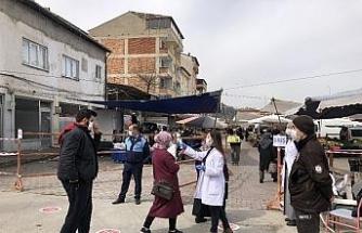 Vatandaşlar halk pazarına ateşleri ölçüldükten sonra alındı