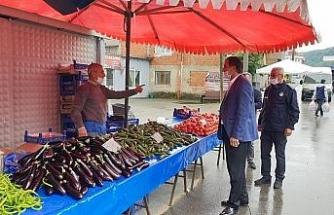 Başkan Şahin pazaryerinde sosyal mesafe denetimine çıktı