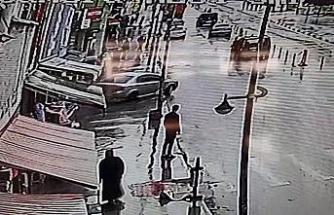 Park halindeki otomobilin freni boşalınca mağazaya girdi