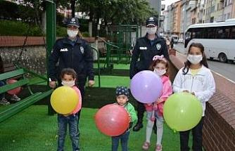 Polis ekipleri çocukları balon ile sevindirdi