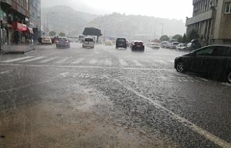 Sağanak yağış hayatı olumsuz etkiledi