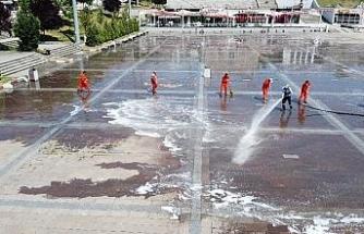 Türkiye'nin en büyük meydanlarından biri, Cuma Namazı için yıkanıp dezenfekte edildi