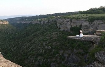 """100 metre yükseklikteki """"taş terasta"""" düğün fotoğrafı çektirdiler"""