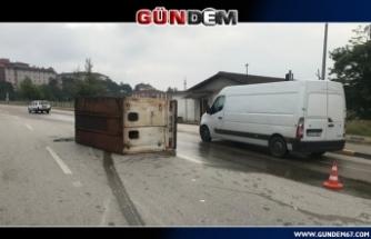 Çarpışan kamyonetlerden biri yan yattı...