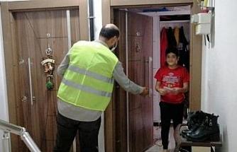 Düzce Belediyesi ev ev maske dağıttı