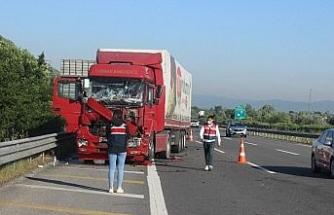 TEM'de tır ile kamyon çarpıştı yol boya oldu