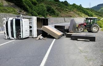 Zonguldak'ta dolap taşıyan kamyonet devrildi