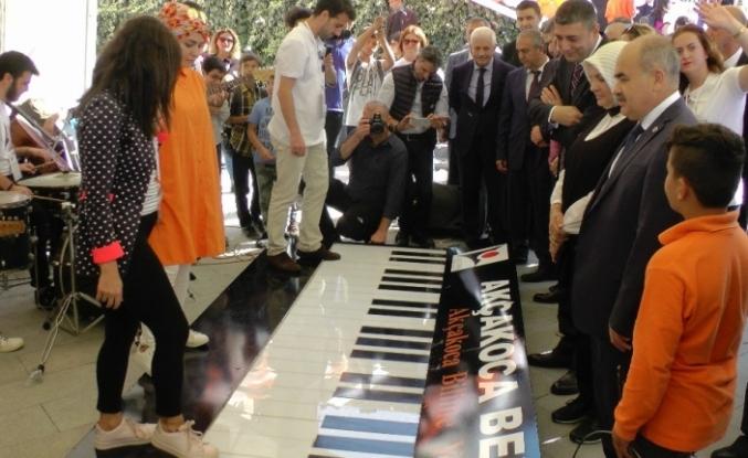 Bilim şenliğinde ayakla çalınan piyano ilgi odağı oldu