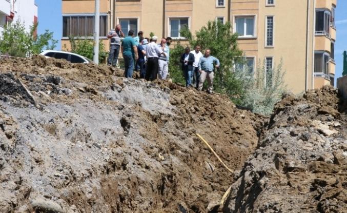 Vatandaşlar yoldaki çatlaklıkların çözüme kavuşturulmamasına tepki gösterdi