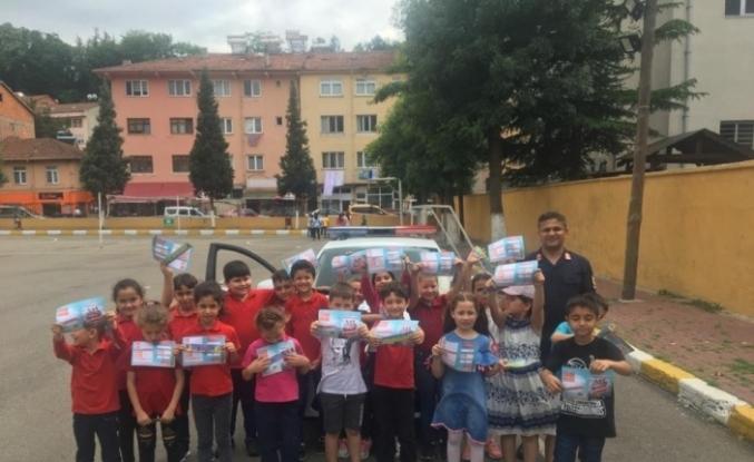 """Jandarma'dan öğrencilere """"Sürücü Seyahat Karnesi"""" dağıttı"""