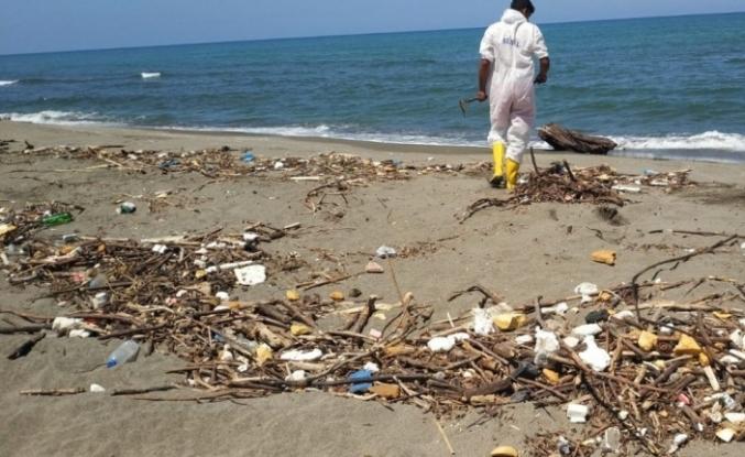 Selin Karadeniz kıyılarına getirdiği atıklar temizleniyor